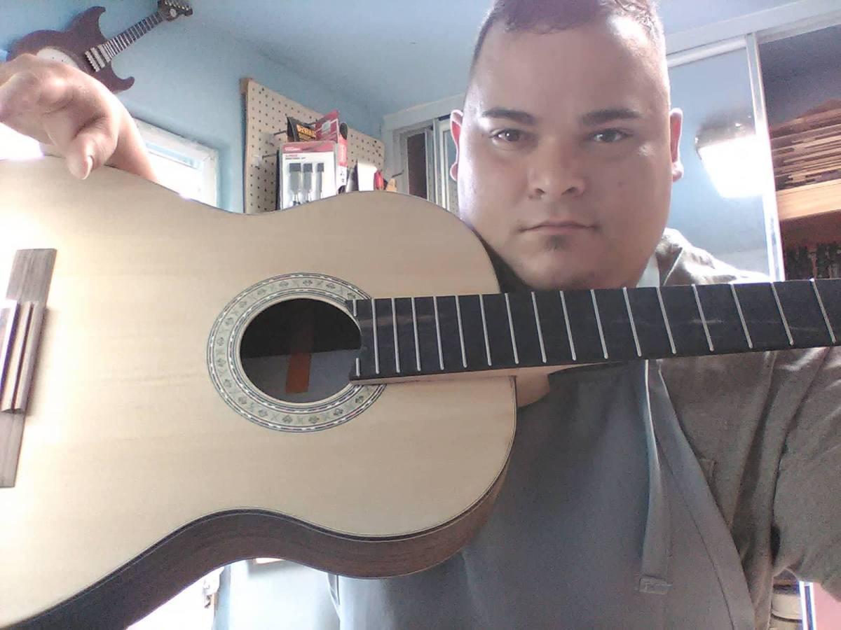 Ángel Ortiz, un joven emprendedor que se destaca en la lutería de PuertoRico