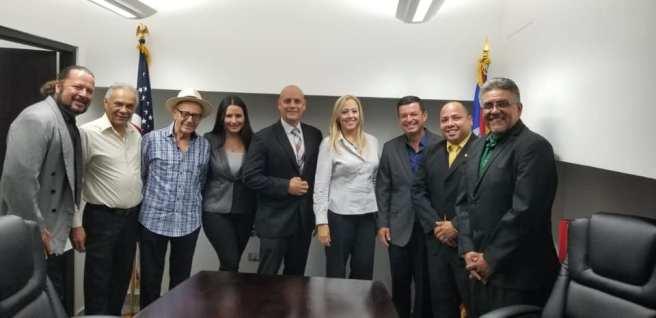 Iris junto a los artistas y amigos que la acompañaron a la reunión con el Hon. Guillermo Miranda Rivera