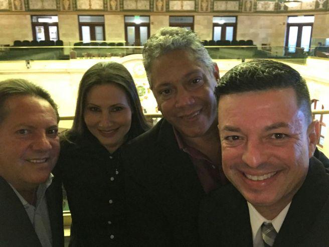 Valdi, Willie y Junito junto a Iris en el Hemiciclo de la Cámara de Representantes.