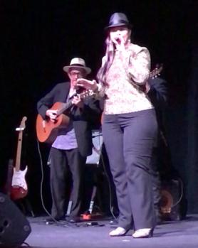 Victoria Sanabria canta con Los Andinos